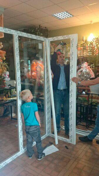 установленные витрины для цветов компании Анкорокна