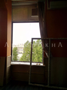 демонтаж старого окна в квартире