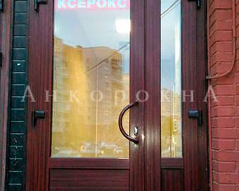 ремонт старой входной двери в магазине