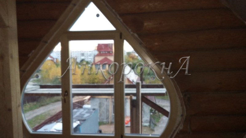 луковидное окно из дерева