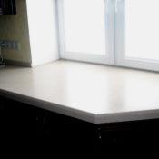 акриловый подоконник совмещенный со столешницей на кухне